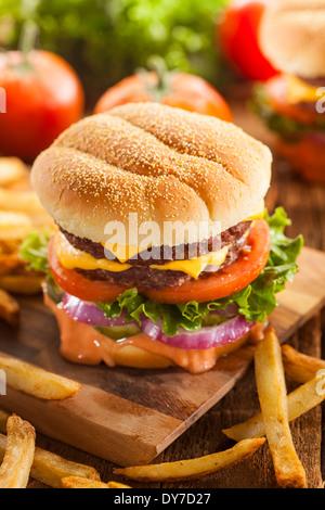 Fromage boeuf Hamburger avec laitue tomate et oignons Banque D'Images