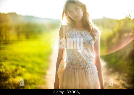 La rêverie girl à la campagne. Banque D'Images