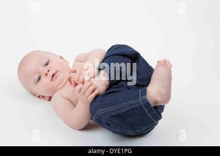 À l'âge de six mois, bébé garçon découvre son pied Banque D'Images
