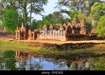 Voir l'entrée vers Banteay Srei -son connu pour sa complexité des bas reliefs trouvés sur les murs et les bâtiments Banque D'Images
