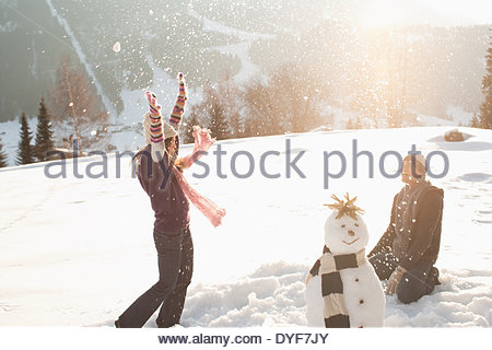 Couple having snowball fight Banque D'Images