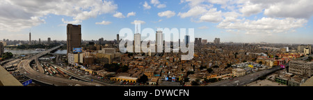 Un panorama du Caire central à l'ouest et le nord de l'autre côté de la rivière du Nil. Banque D'Images