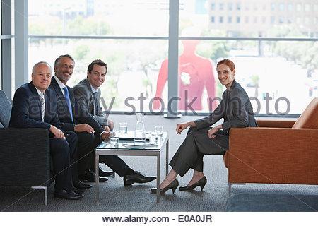 Businesswoman conduisant réunion avec des collègues dans le hall Banque D'Images