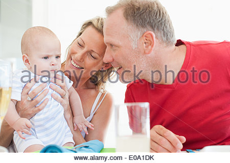 Couple looking at baby Banque D'Images