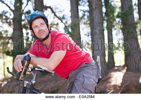 Man relaxing on bicycle Banque D'Images