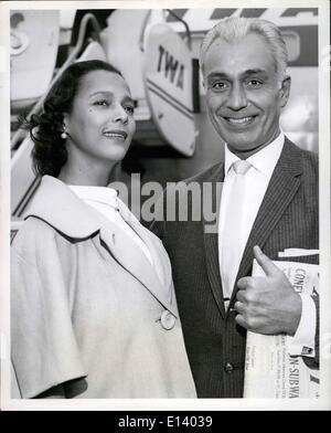 31 mars 2012 - Les jeunes mariés Dorothy Dandridge et Jack Denison, marié lundi dernier à Los Angeles, laissez-nous Banque D'Images