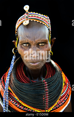 Belle femme Rendille dans leur village dans le nord du Kenya. Banque D'Images