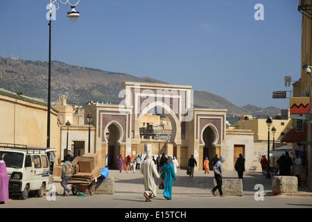 Bab Boujloud est une porte monumentale à Fes qui s'étend sur l'une des plus achalandées de la médina. Cette porte Banque D'Images