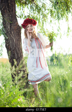 Fille émotionnelle en costume traditionnelle ukrainienne Banque D'Images