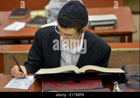 Jeune homme juif religieux à des études dans la synagogue Loubavitch siège à Crown Heights, Brooklyn, New York Banque D'Images