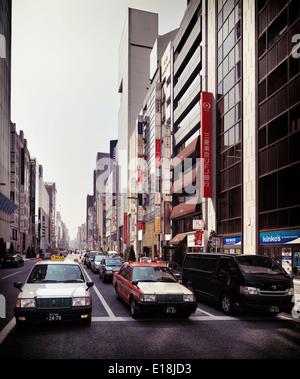 Les voitures et les taxis sur l'avenue Chuo Dori à Ginza, Tokyo, Japon 2014. Banque D'Images