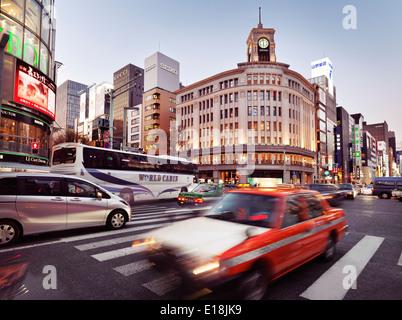 L'heure de pointe du trafic de la ville sur l'avenue Chuo Dori street en face de Wako Department Store building Banque D'Images
