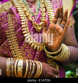 Mains d'une Indienne mariée parée de bijoux, bracelets et peinte au henné Banque D'Images