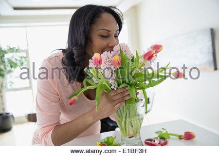Woman smelling bouquet de fleurs Banque D'Images