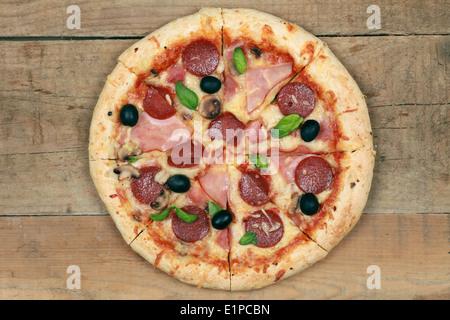 Deluxe Pizza au jambon, pepperoni, champignons et olives Banque D'Images