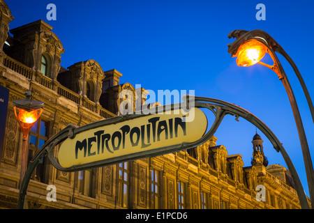 Signe de métro et les lumières à Palais Royal/musée du Louvre avec l'arrêt de métro Musée du Louvre au-delà, Paris Banque D'Images