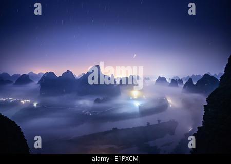 Paysage de montagnes karstiques sur la rivière Li à Xingping, Province du Guangxi, Chine. Banque D'Images