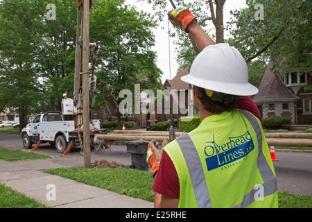 Installer de nouveaux travailleurs streetlight dans Detroit. Banque D'Images