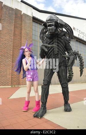 Garden City, New York, USA. 14 Juin, 2014. Une jeune fille dans un costume de Twilight Sparkle Mon Petit Poney fait Banque D'Images