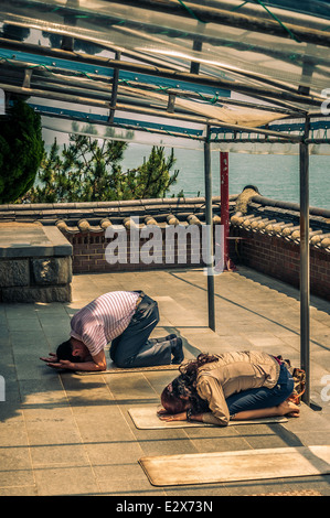 Les bouddhistes prient à Haedong Yonggungsa Temple à Busan, Corée du Sud. Banque D'Images
