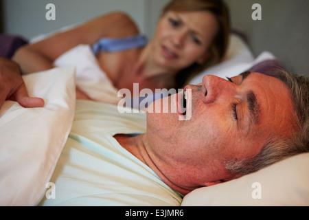 Homme Femme gardant éveillé au lit avec le ronflement Banque D'Images