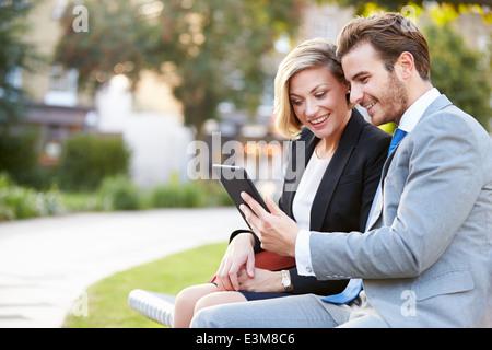 Business Couple On Park Bench Banque D'Images