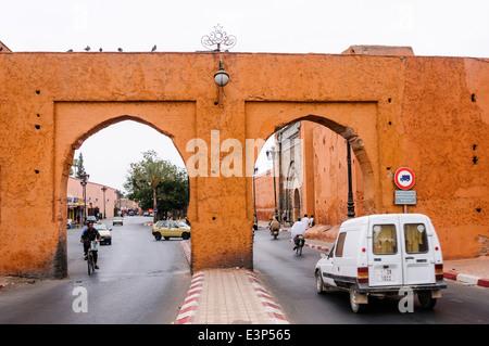 Road passe par deux arches comme l'une des portes de la ville sur les remparts, Marrakech, Maroc. Banque D'Images