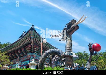 Une statue d'un dragon à Haedong Yonggungsa Temple à Busan, Corée du Sud. Banque D'Images
