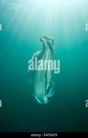 Sac en plastique flottant dans la mer, ressemblant à une méduse natation, dangereux pour les tortues de mer Banque D'Images