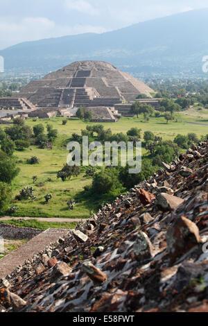 Pyramide de la Lune vu de pyramide du Soleil, Teotihuacan, Mexique Banque D'Images