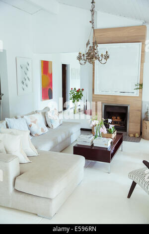 Canapé, table basse et cheminée dans salon moderne Banque D'Images