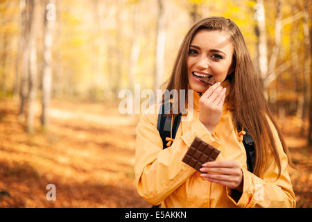 Happy hiker woman eating chocolate, Debica, Pologne Banque D'Images