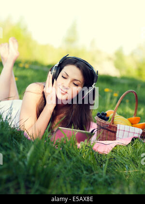 Young woman listening to music Debica, Pologne Banque D'Images