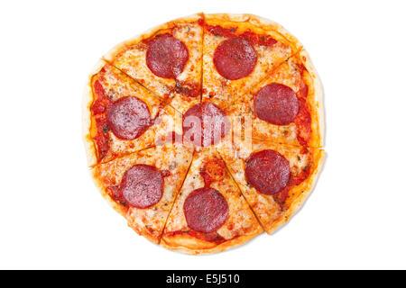 Tranches de salami pizza isolé sur fond blanc Banque D'Images