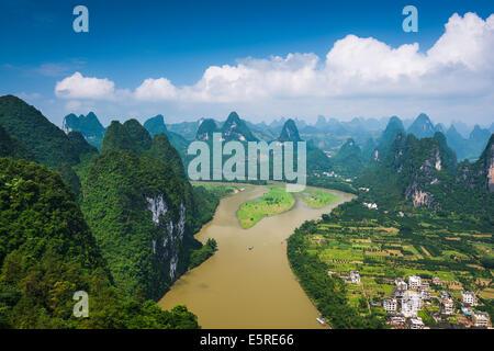 Paysage de montagnes karstiques en Xingping, Province du Guangxi, Chine. Banque D'Images