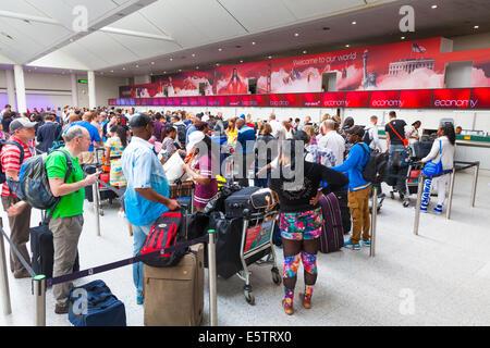 Longue file d'attente des passagers en attente d'enregistrement dans un bureau à Virgin Atlantic. Banque D'Images