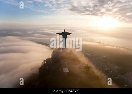 La gigantesque statue Art Déco connu comme Jésus le Christ Rédempteur (Cristo Redentor) sur la montagne du Corcovado Banque D'Images