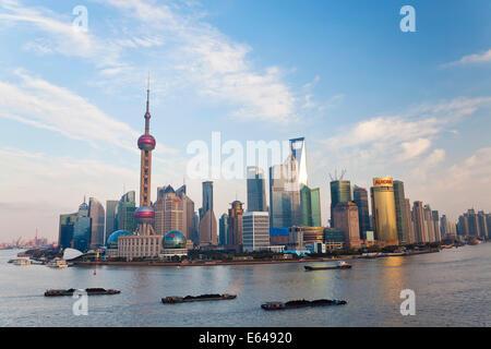 Les barges et les toits de Pudong, Shanghai, Chine Banque D'Images