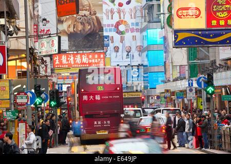 Rue animée zone commerçante et crossing nr Fa Yuen Street Market, Hong Kong, Chine Banque D'Images