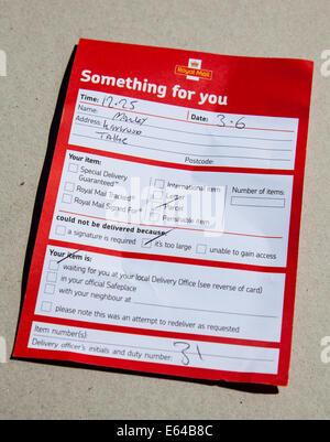 Un bon de livraison Royal Mail posté par la porte alors que la personne était hors absence lors de la livraison Banque D'Images