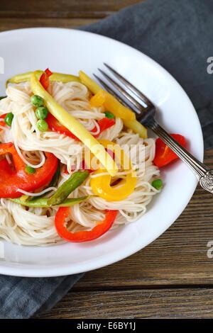 Des nouilles avec des légumes épicés, de l'alimentation libre Banque D'Images