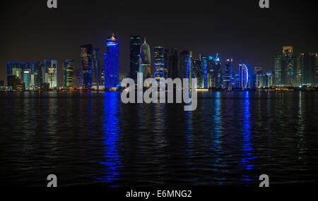 Scène de nuit de l'horizon de Doha avec Al Bidda Tower, World Trade Center, Palm Tower 1 et 2, la tour Burj Qatar, Banque D'Images