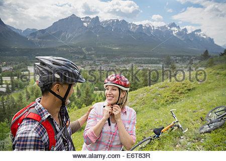 Couple avec des vélos de montagne on hillside Banque D'Images