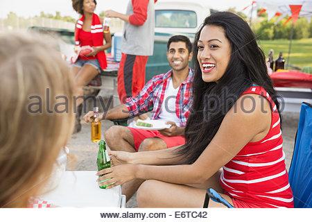 Les amis de détente à barbecue hayon dans la zone Banque D'Images