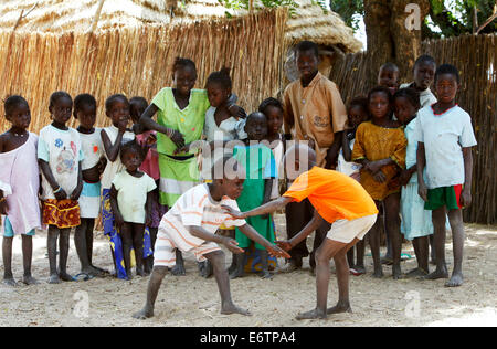 Les enfants effectuer un match de lutte. La lutte est le sport national. Sénégal, Afrique Banque D'Images