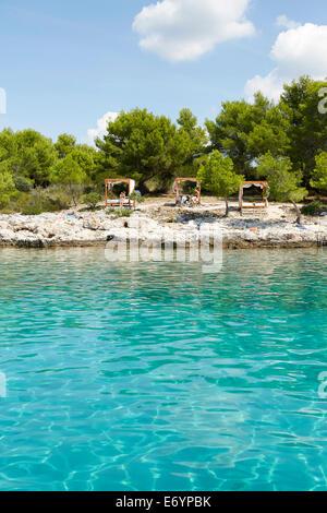 Belle plage privée sur l'île Otok Marinkovac près de Hvar, Croatie. Cette plage est seulement accessible mais voile. Banque D'Images