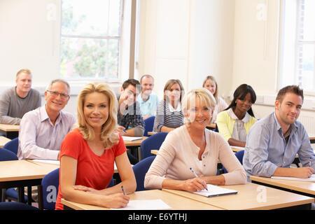 Groupe mixte d'élèves en classe Banque D'Images