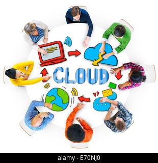 Groupe de personnes diverses discuter au sujet de Cloud Network Banque D'Images