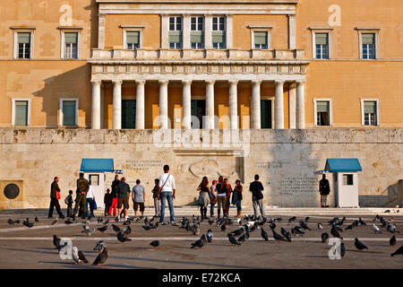 Les touristes devant le monument du Soldat inconnu en face du parlement grec, place Syntagma, Athènes, Grèce. Banque D'Images