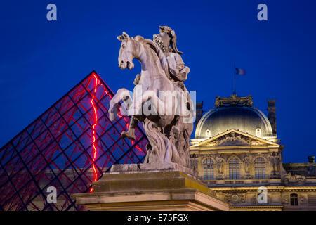 Twilight sur Louis XIV Statue, la pyramide de verre et le Musée du Louvre, Paris, France Banque D'Images